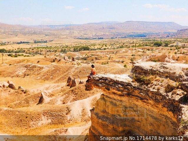 近くに砂漠のフィールドと背景の山のアップの写真・画像素材[1714478]