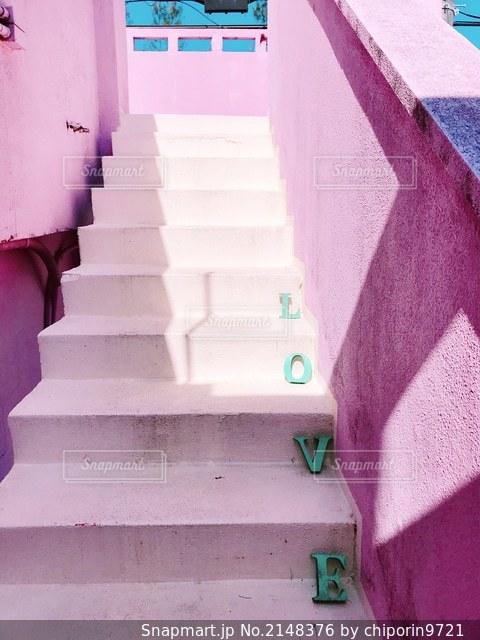 ピンクの階段の写真・画像素材[2148376]