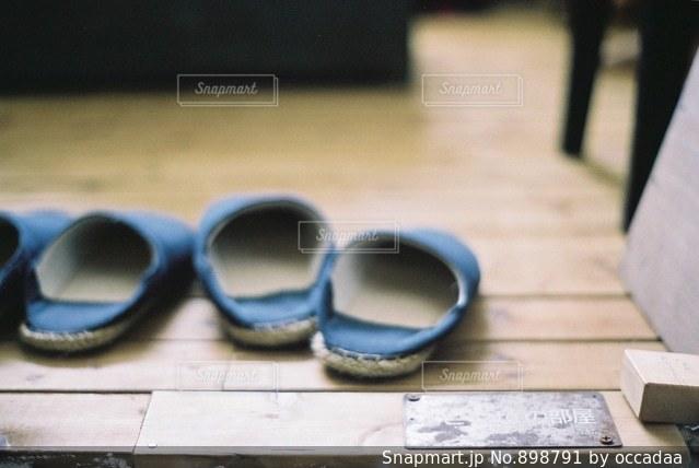 近くにテーブルの上のサングラスをの写真・画像素材[898791]