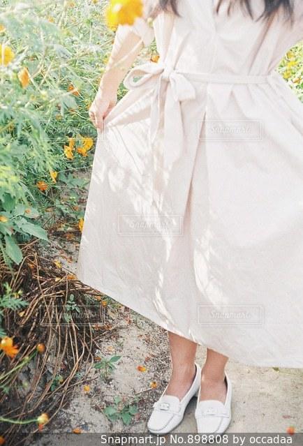 画像のポーズは黄色いドレスの女の写真・画像素材[898808]