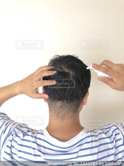 育毛剤を塗布する男性の写真・画像素材[2323787]