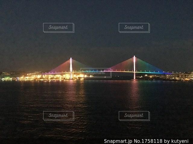 水の体の上の大きな橋の写真・画像素材[1758118]