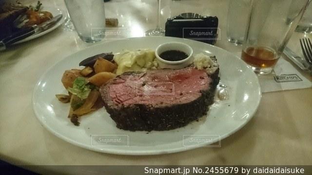 テーブルの上の食べ物の皿の写真・画像素材[2455679]