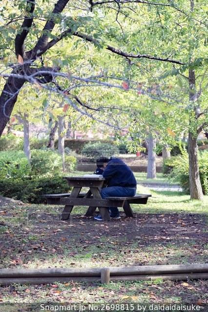 公園のベンチに座っている男の写真・画像素材[2698815]