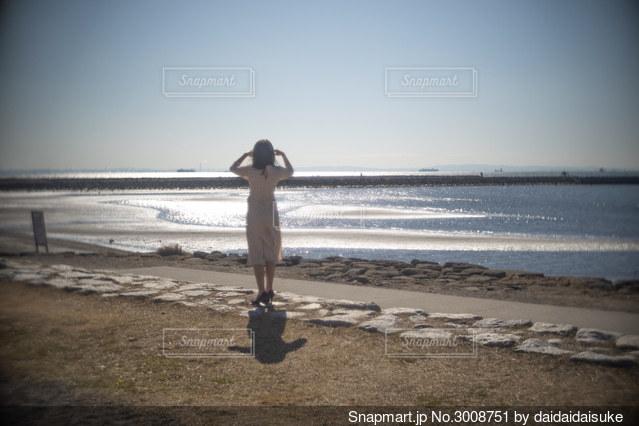 砂浜の上に立っている人の写真・画像素材[3008751]