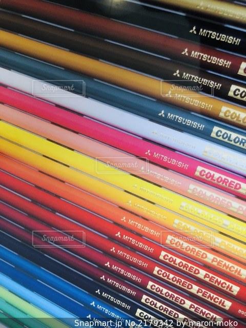 本棚の横の鉛筆の写真・画像素材[2179342]