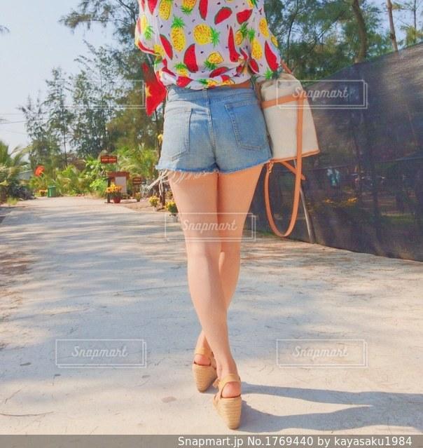 通りを歩くショートパンツの女子の写真・画像素材[1769440]