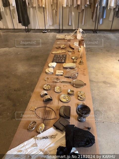 テーブルの上のチラシの積み重ねの写真・画像素材[2182024]