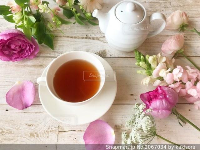 花と紅茶の写真・画像素材[2067034]