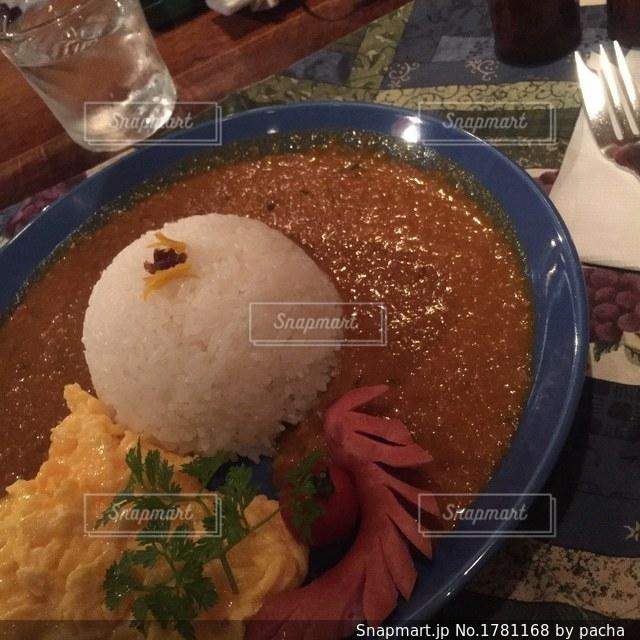 板の上に食べ物のボウルの写真・画像素材[1781168]