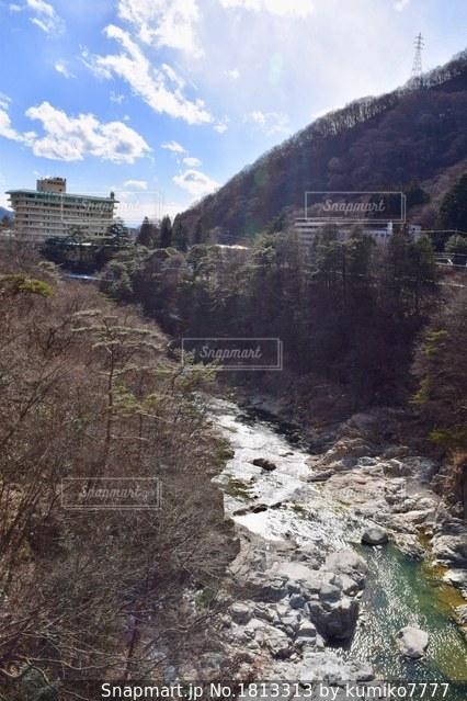 山間を流れる川の写真・画像素材[1813313]