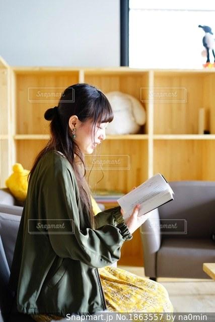 読書をしている女性の写真・画像素材[1863557]