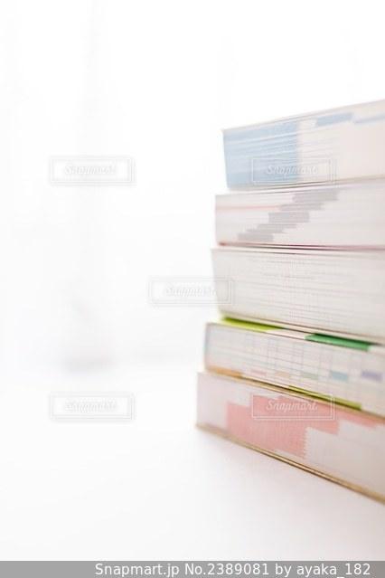 積み重ねた参考書の写真・画像素材[2389081]