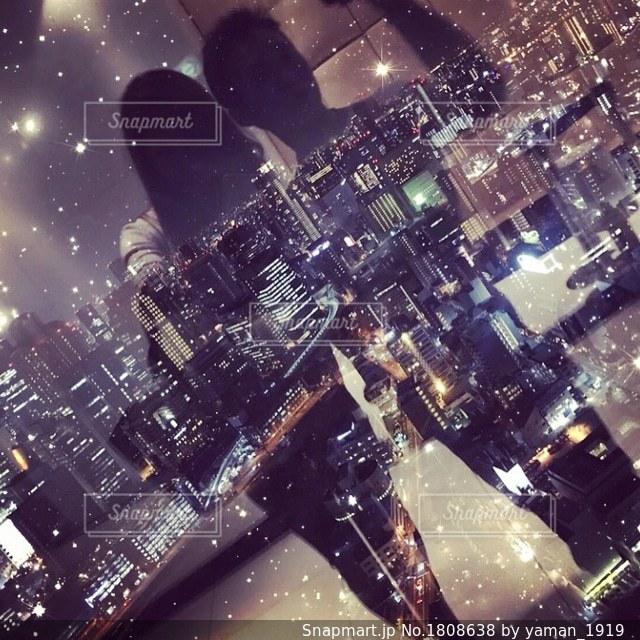 夜景をバックに反射を撮影の写真・画像素材[1808638]