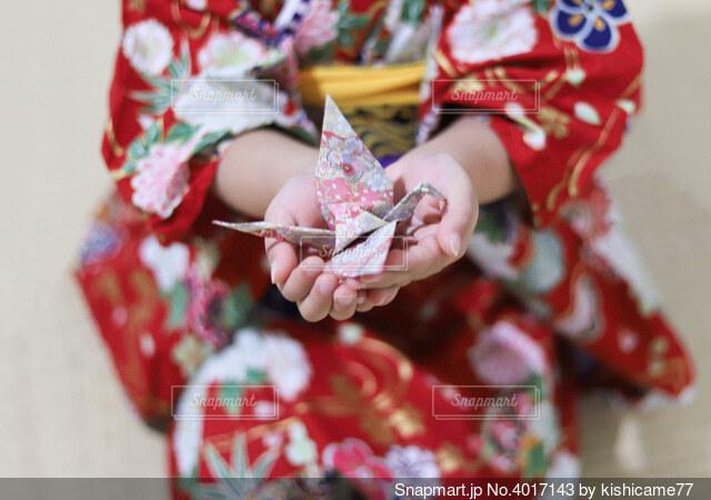 折鶴を持つ女の子の写真・画像素材[4017143]