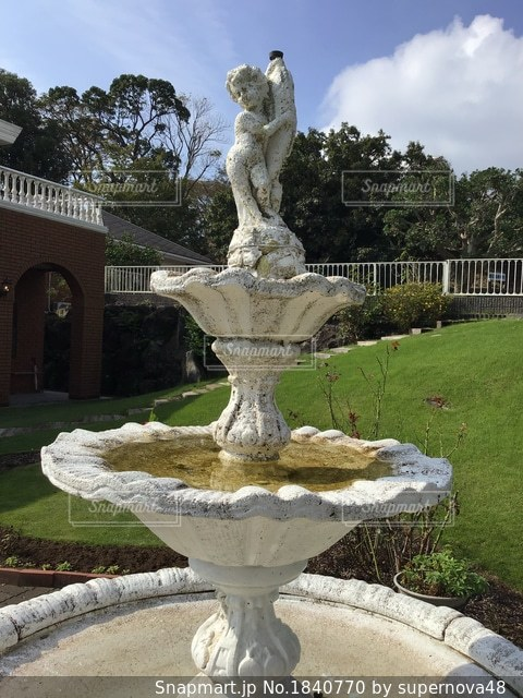 銅像の前に噴水の写真・画像素材[1840770]