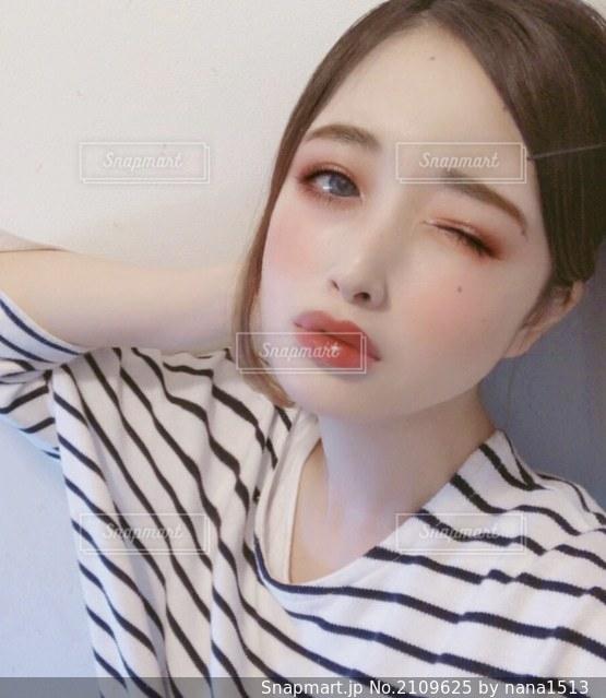 自分撮りを取っている女性の写真・画像素材[2109625]