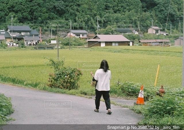 母と田舎道の写真・画像素材[3588752]