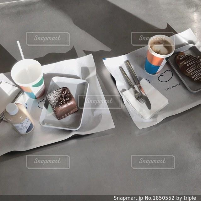 テーブルの上のコーヒー カップの写真・画像素材[1850552]