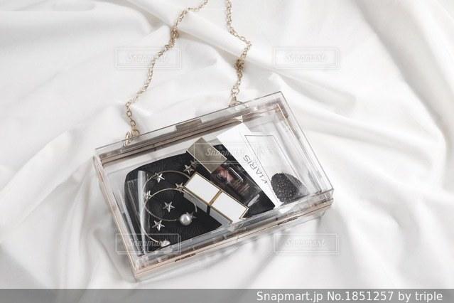 ベッドの上に座っているバッグの写真・画像素材[1851257]