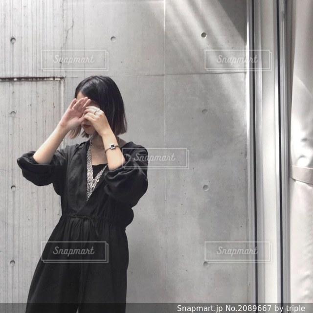 カメラを装って鏡の前に立っている人の写真・画像素材[2089667]