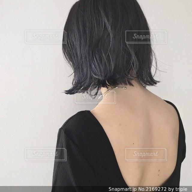 黒いシャツを着ている人の写真・画像素材[2169272]