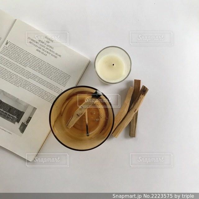 テーブルの上にある時計の写真・画像素材[2223575]