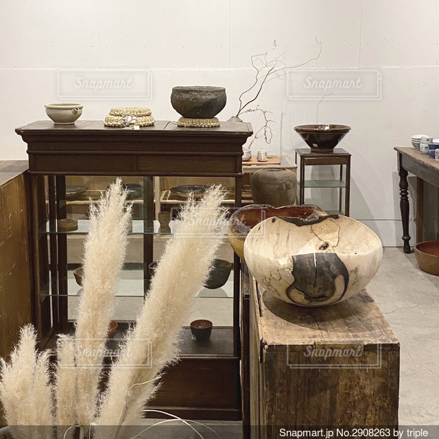 テーブルの上に花瓶の写真・画像素材[2908263]