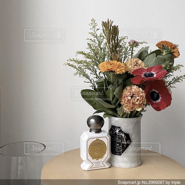テーブルの上の花瓶に花束を置くの写真・画像素材[2969287]