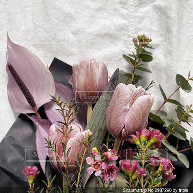 紫色の花で満たされた花瓶の写真・画像素材[2987290]