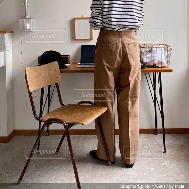 部屋の椅子に立っている男の写真・画像素材[4769817]