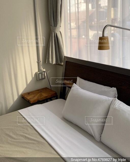 ホテルの部屋で作られたベッドの写真・画像素材[4769827]