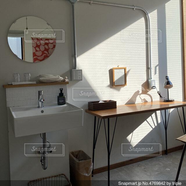 洗面台と鏡のある部屋の写真・画像素材[4769842]