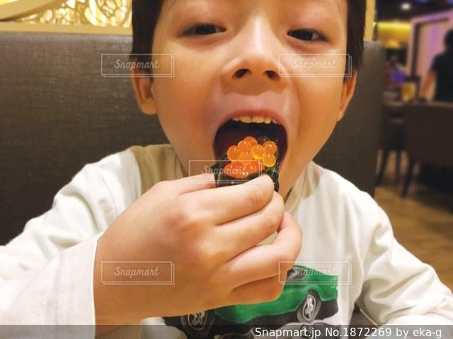 いくらを食べる男の子の写真・画像素材[1872269]