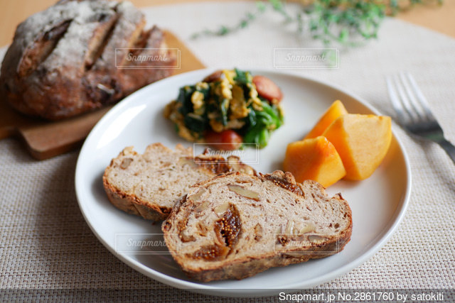イチヂクとクルミのライ麦パンの写真・画像素材[2861760]