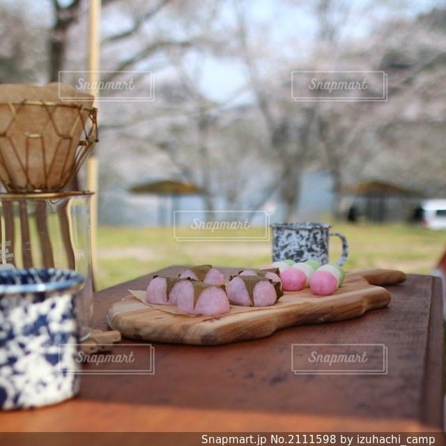 お花見キャンプで桜餅の写真・画像素材[2111598]
