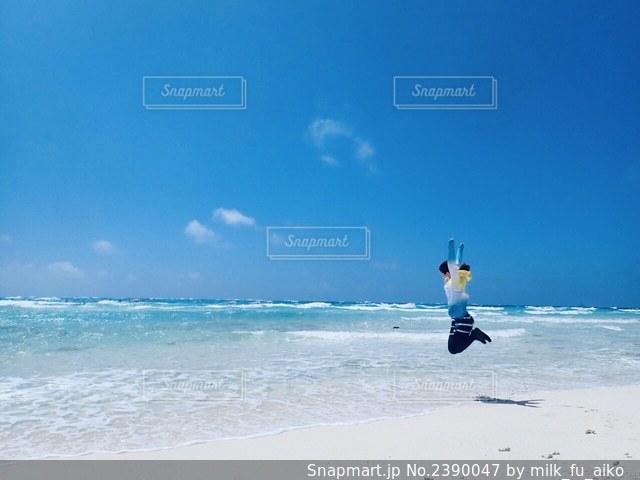 砂浜の上に立つの写真・画像素材[2390047]