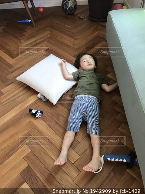 遊び疲れてそのまま寝るの写真・画像素材[1942909]