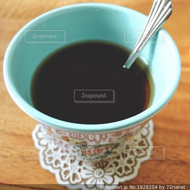 コーヒーの入ったメラミンカップ