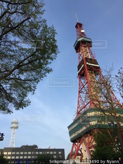 建物のてっぺんに時計がある大きな背の高い塔の写真・画像素材[2133490]