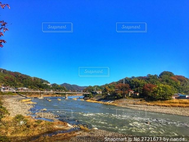 川と山と青空と紅葉の写真・画像素材[2721677]