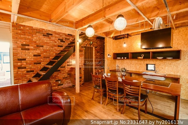家具と暖炉で満たされたリビングルームの写真・画像素材[2331647]