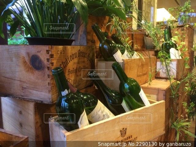 木箱の上に飾られているワインの写真・画像素材[2290130]