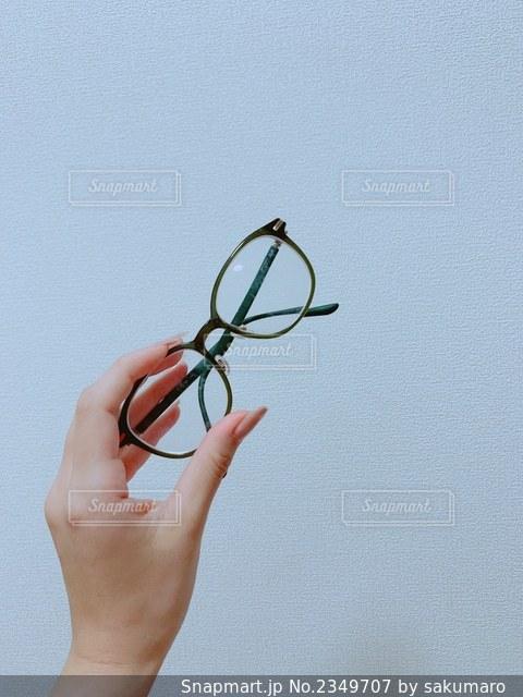 メガネを持つ手の写真・画像素材[2349707]