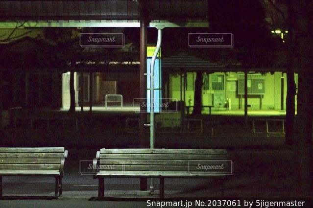 夜のバス停の写真・画像素材[2037061]