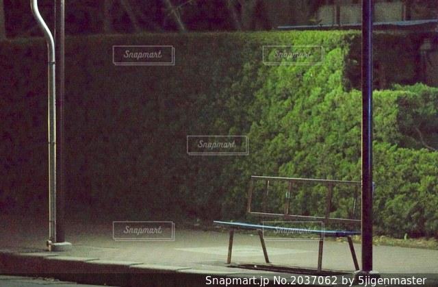 夜のバス停の写真・画像素材[2037062]