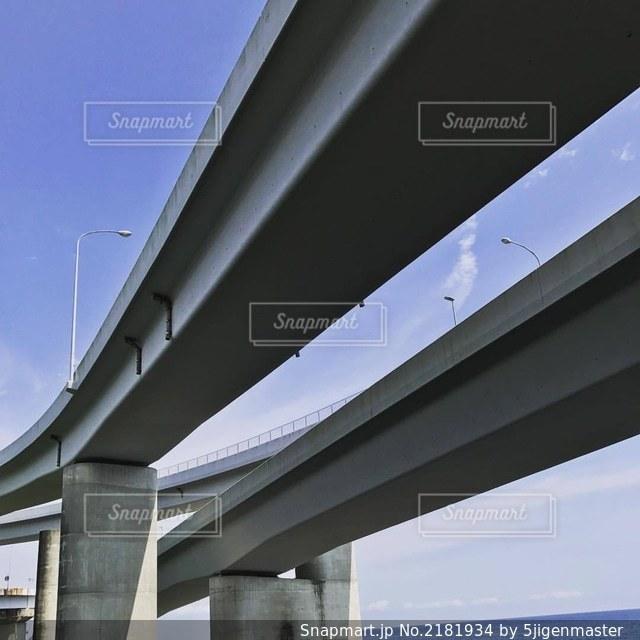 見上げた高速道路の写真・画像素材[2181934]