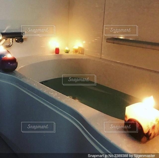キャンドルいっぱいのお風呂の写真・画像素材[3389388]