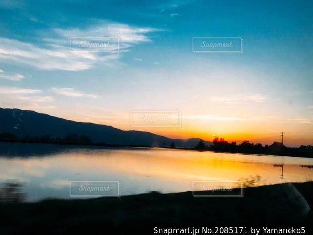水田に映る夕陽の写真・画像素材[2085171]