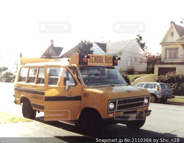 アメリカのスクールバスの写真・画像素材[2110368]